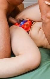 スーパーボイン小宮涼菜が指マンで淫汁噴射!アクロバティックな体位で爆乳を揺らせ、イクイクと中出しで大満足!